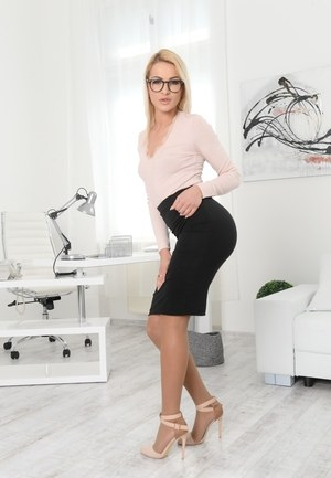 Blonde With Glasses Pics